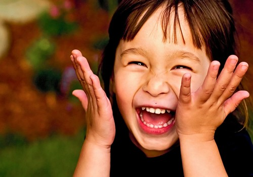 Mokykimės šypsotis ir juoktis žiūrėdami į vaikus