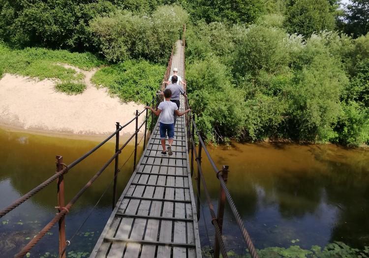 VASAROS GIDAS. Dituvos kabantis tiltas