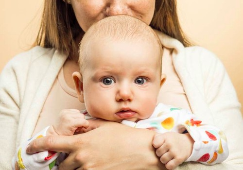Kaip teisingai nešioti kūdikį, kad nepakenktume jo stuburui?