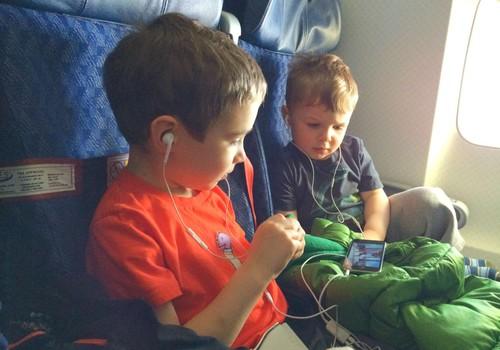 Skrendame lėktuvu: kuo užimti vaikus?