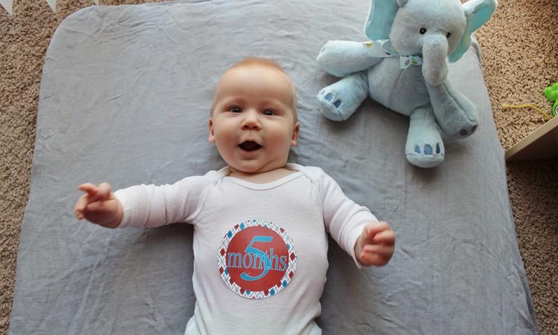 5 mėnesių kūdikis bando atsisėsti: ar leisti?
