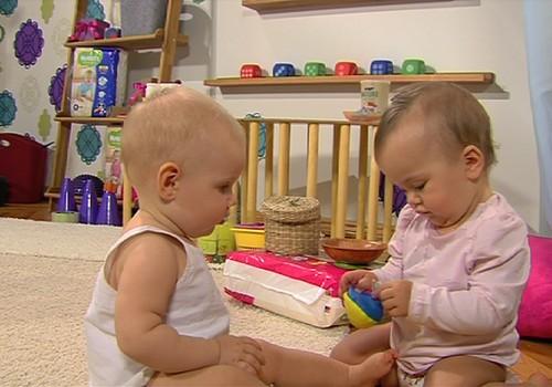 """VIDEO: """"Huggies® Stebuklingas kambarys"""" apie vaikų vystymąsi. 5 SERIJA"""