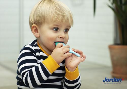 Dantų šepetėlių mados ir patarimai juos renkantis