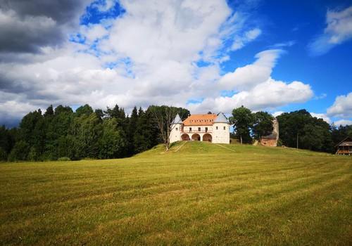 VASAROS GIDAS. Norviliškių pilis