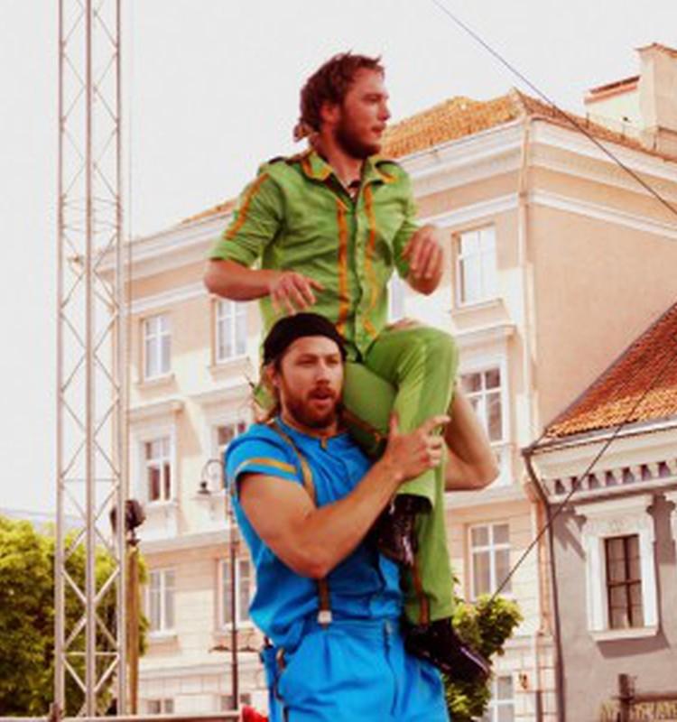 Akrobatų pasirodymas Švedijos Nacionalinės dienos proga