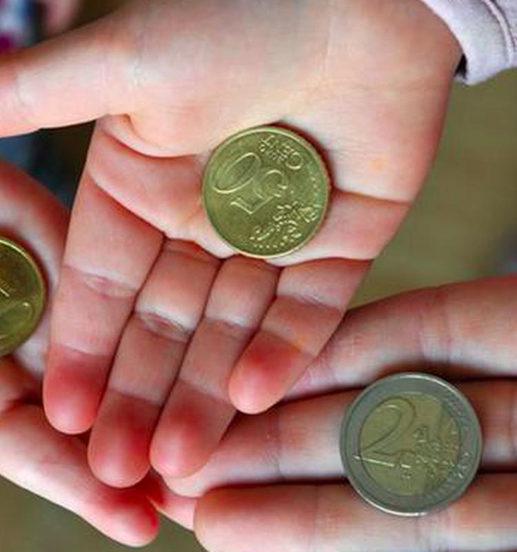 Kaip išmokyti vaiką elgtis su pinigais: viskas prasideda nuo pirmo euro
