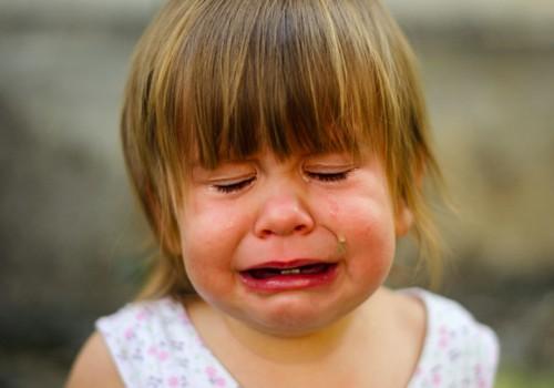 Vaikas krenta ant grindų ir isteriškai verkia: ko imtis?