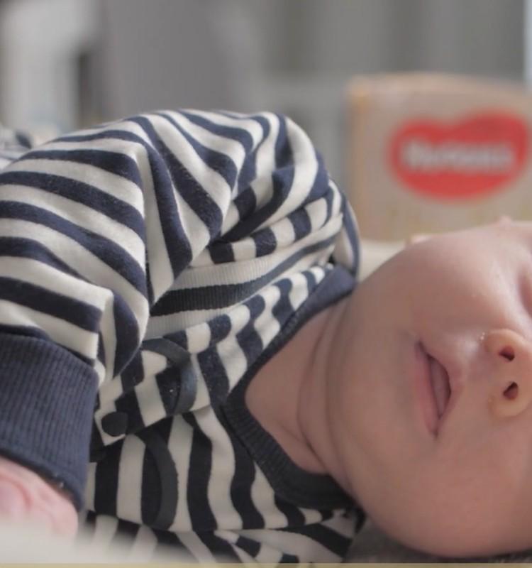 Informatyvus VIDEO: Keičiame sauskelnes naujagimiui!