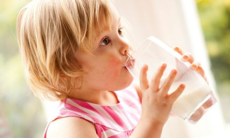 Ar karvės pienas tinkamas mažam vaikui?
