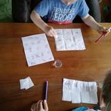Truputis vandens ir pipetės. Vaikai keliais lašais sušlapina popierinio rankšluosčio skiautę ir pamato ženklą. Jį išbraukia iš bendro visų ženklų lapo. Smulkioji motorika lavėja dirbant su pipete