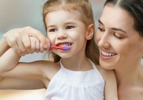 Vaikų dantukų priešai – kaip juos nugalėti? Pataria gydytoja odontologė