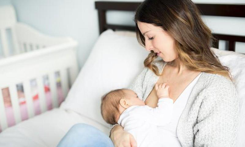 Ar maitinanti krūtimi mama gali pastoti?