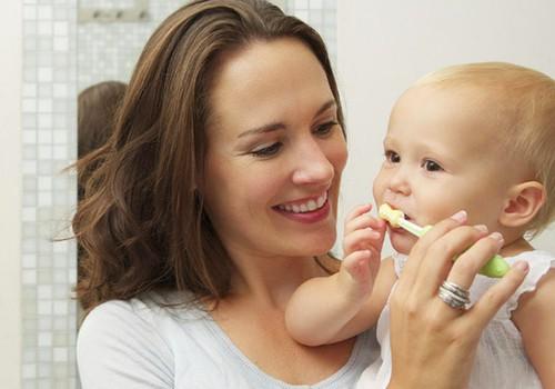 """Pieninių dantukų priežiūra - atsakingas tėvų """"darbas"""""""
