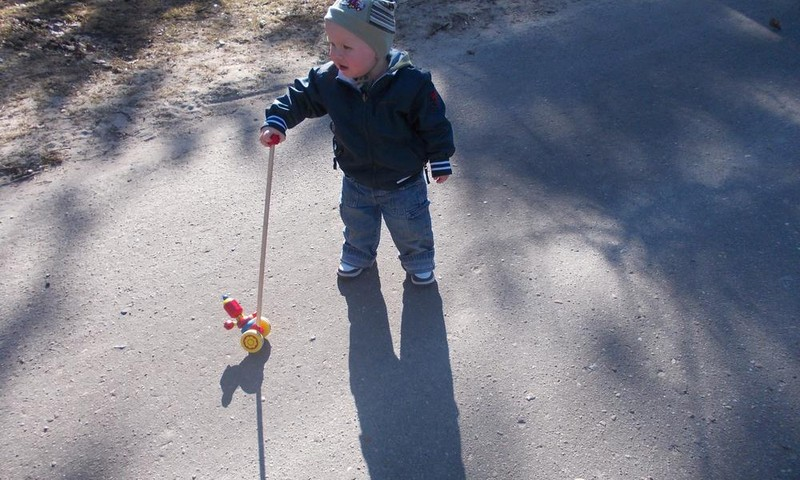 Kaip suprasti, kad mažylis gali žengti pirmuosius žingsnelius?