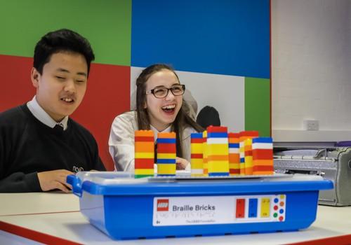 LEGO fondas ir LEGO grupė bendradarbiaus su aklųjų asociacijomis, kuriant LEGO®Brailio kaladėles