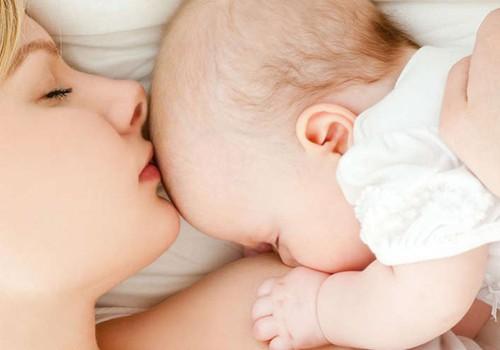 Kaip padėti ir kokios pagalbos geriau nesiūlyti naujagimio mamai?