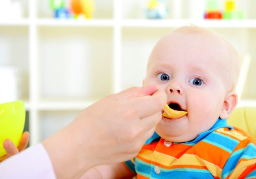 Specialistės patarimai, kad mažylis valgytų kietą maistą