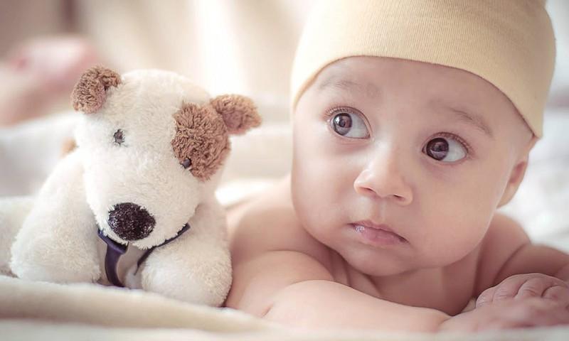 Ar sunerimti, jei kūdikis savarankiškai nesivarto: pataria kineziterapeutė Viktorija