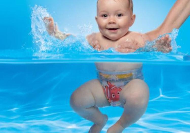 Maudynių pramogos su sauskelnėmis-maudymosi kelnaitėmis HUGGIES® Little Swimmers®!