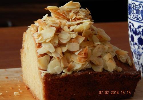 SAVAITGALIO RECEPTAS: Drėgnas keksas su karamelizuotom migdolų plokštelėm