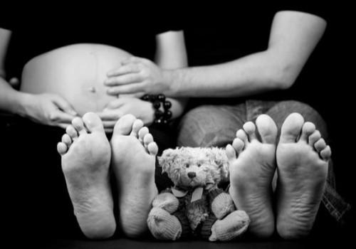 Kodėl nėštumo metu tinsta kojos?