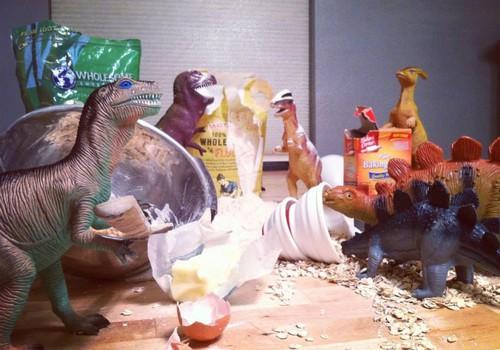 Ką dinozaurai veikia naktį? Nuotaikingos nuotraukos su žaislais