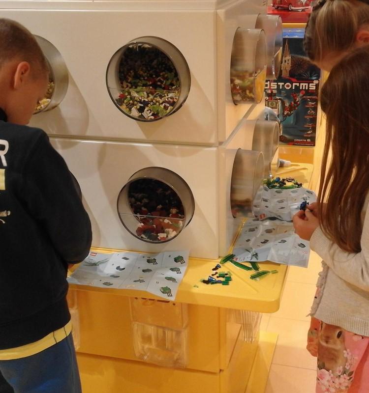Statome laumžirgius Lego parduotuvėje