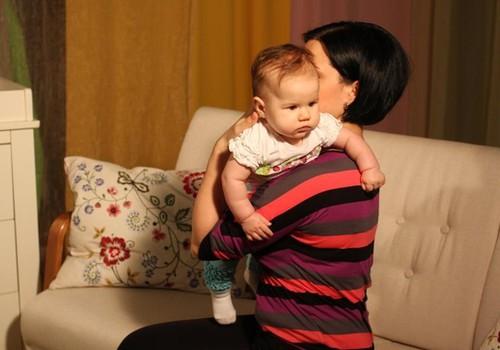 FOTO: Kaip teisingai laikyti kūdikį atsirūgstant