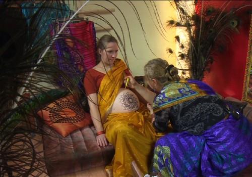 VIDEO: chna piešiniai ant būsimos mamos pilvelio