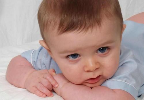 Ką daryti, kai vaikas krenta ant žemės, kanda, mėto daiktus: psichologės patarimai