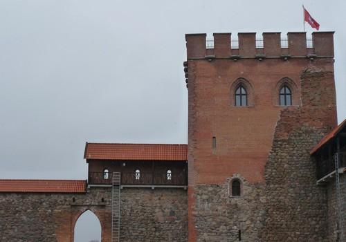 Medininkų pilis lietui lyjant