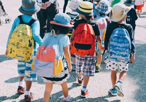 Pirmą kartą į mokyklą po ilgų karantino mėnesių: primena apie saugų elgesį kelyje