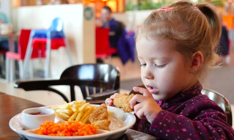 4 triukai, kurie paskatins jūsų vaiką valgyti sveikiau