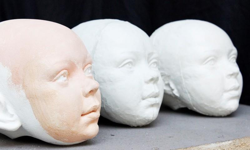 Pavojingą ligą simbolizuojančią lėlę sukūręs skulptorius A. Kensminas: tai testas tėvų sąmoningumui