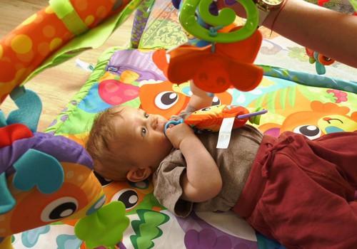 VIDEO: Žaidžiame ir mokomės su kūdikiu