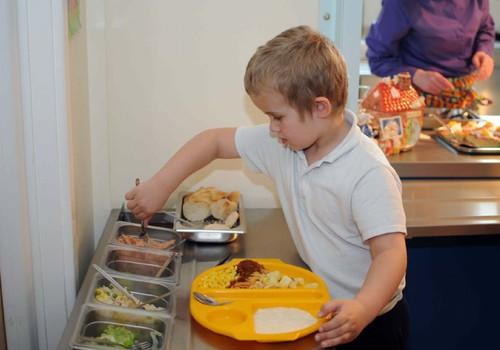 """Mokyklos valgykla įžymybių prisiminimuose: nuo duonos šnicelių iki """"kosminių"""" padažų"""