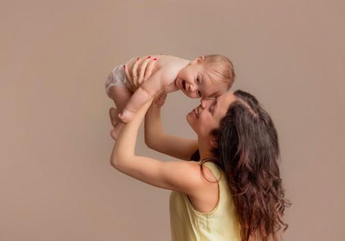 Ką žaisti su 2 mėnesių kūdikiu?