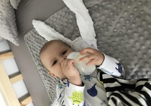 "Aronas mokosi gerti iš Philips Avent ""Natural"" buteliuko"