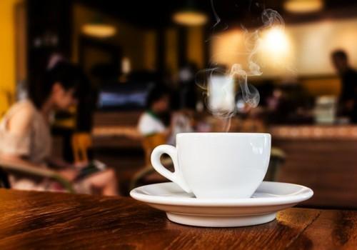 darbas prie puodelio kavos