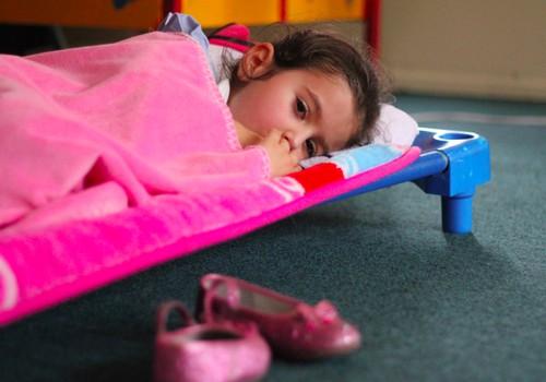 Kodėl mažylė verkia per pietų miegą darželyje?
