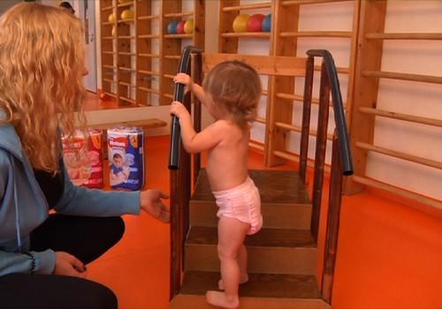 Kaip išmokyti mažylį lipti laiptais: pataria kineziterapeutė