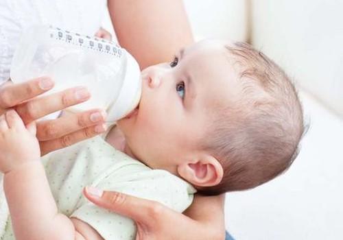 Kaip teisingai saugoti ir vartoti nutrauktą mamos pieną?