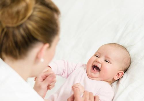 6 mėnesių kūdikis savarankiškai nesivarto: kaip jam padėti?