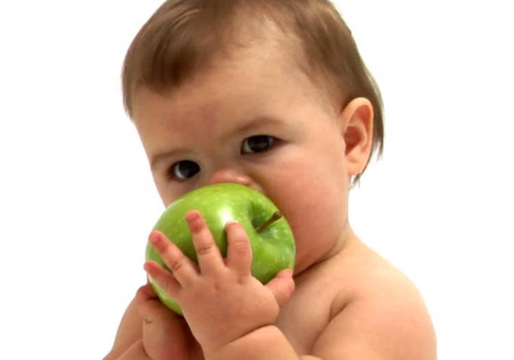 Kada kūdikiui galima pasiūlyti obuolio ir kitų vaisių?