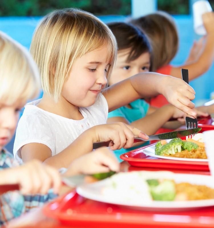 Kas gali gauti nemokamą maitinimą mokykloje ir paramą mokinio reikmėms?