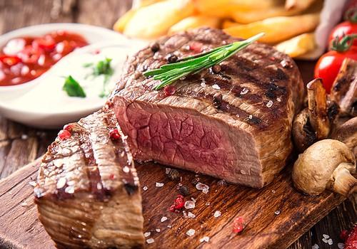 """Pasitinkame vasarą su grilio sezono """"karaliumi"""": sultingo ir skanaus didkepsnio receptai"""