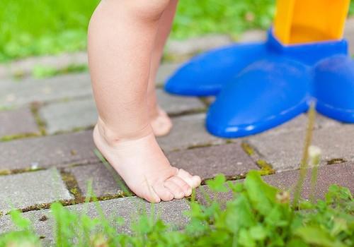 Su basutėmis ar basomis: kaip geriau mažoms pėdutėms?