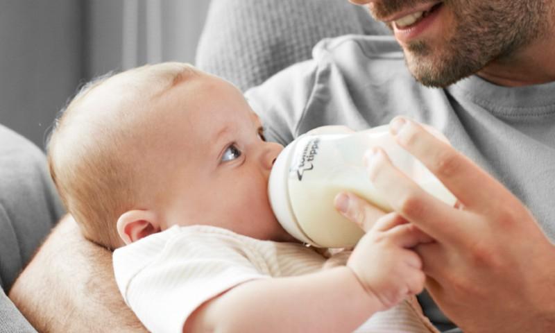 Ar žindomam kūdikiui galima papildomai mišinėlio?