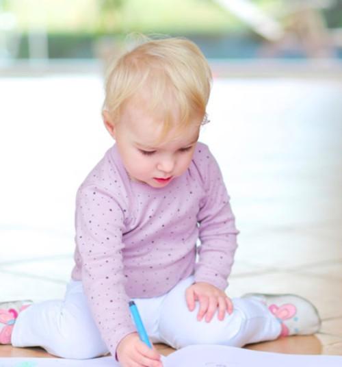 Mažylis dažnai sėdi W poza? Naudingi patarimai ir pratimai