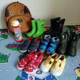 Avalynė: kelios poros guminių botų, su ir be pašiltinimo. Kedukai. Aulinukai. Ir žieminiai batai. Visus batukus rinkomės labai atidžiai, su lipdukais, kad galėtų lengvai ir patogiai pats apsiauti. Įsigijome ir tekstinius batukus grupėje, taip pat bus likusios tinkamos basutės po vasaros, tad išbandysime kelis variantus ir išsirinks kaip jam patogiausia leisti laiką grupėje.
